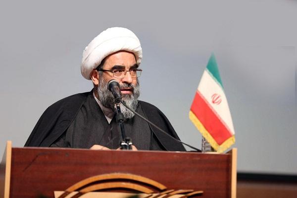 اگر یک مسئولی در نظام جمهوری اسلامی از قرآن فاصله داشته باشد، وجود او مخلّ و مضر به این نظام خواهد بود